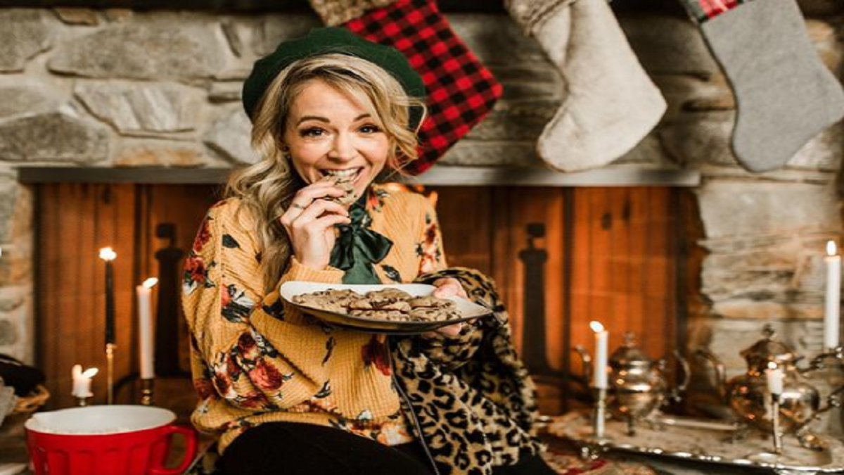 Lindsey Stirling Awes Us In Magically Entertaining Home For The Holidays Special Livestream Concert